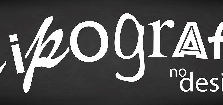 A palavra tipografia escrita com diferentes tipos. Em fonte branca em fundo preto, como se fosse escrito em quadro negro com giz.