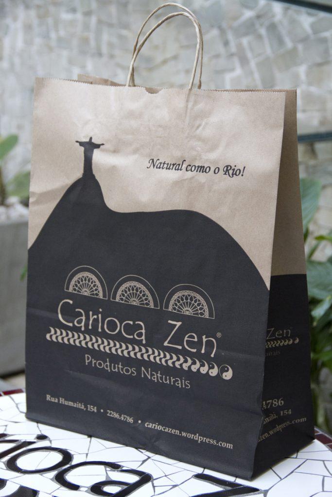 Sacolas de papel ilustradas para o Carioca Zen